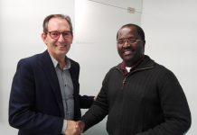 La signatura l'ha dut a terme l'Alcalde, Joan Carles Batanés, i el president del Consell Parroquial, el Sr. Tehophile Nkundimana FOTO.AJ SANT FRUITOS