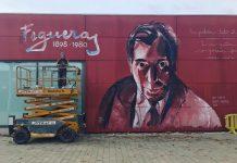 Clara Oliveres just en el moment en que va acabar el mural. Fotografia: Marc Vila
