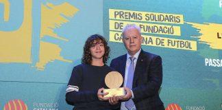 Lluc Vilardell recull el premi de la mà de Josep Llaó, vicepresident de la Fundació Catalana de Futbol. Fotografia: FCF