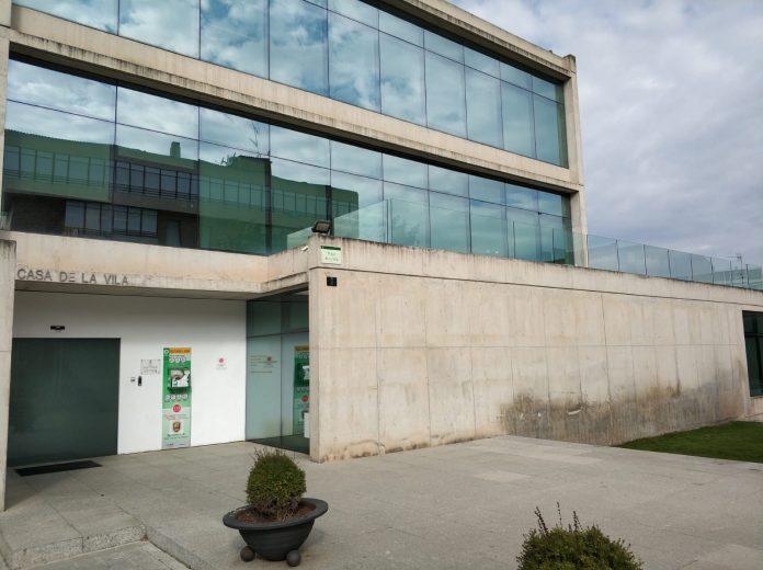 La façana de l'Ajuntament santfruitosenc després de que es retiressin la pancarta i els cartells. Fotografia: Ona Bages (Marcel Tarazona)