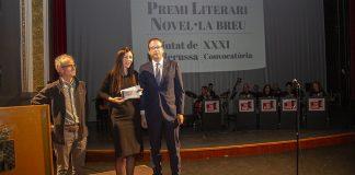 Nacenta en el moment de recollir el premi, entregat per Marc Solsona, alcalde de Mollerussa. Fotografia: Territoris.cat