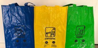 Les bosses de ràfia que repartirà l'Ajuntament.