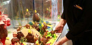 Pla detall d'una treballadora col·locant una mona de Pasqua. - FOTO: ACN