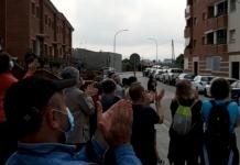 Els aplaudiments dels veïns del Carrer Mestre Josep Simon per rebre a la Roser.