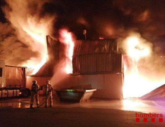 Incendi d'una nau industrial a Sant Fruitós de Bages, la matinada del 13 d'agost del 2020.
