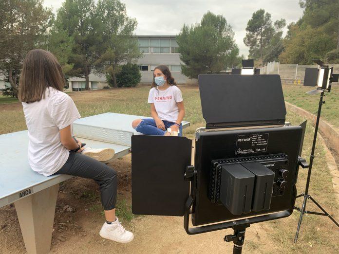 Dues alumnes de l'Institut Gerbert d'Aurillac durant la gravació.