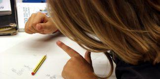 Una nena fent classes de reforç de matemàtiques. - FOTO: ACN