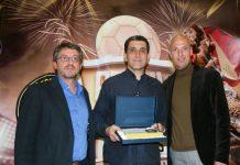 David Vila, president de SF Escola de Futbol (esquerra) amb els premiats de l'edició dels Premis Riudor del 2015. Fotografia: Ajuntament de Sant Fruitós de Bages