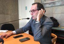 Joan Carles Batanès, alcalde de Sant Fruitós de Bages, atenent els micròfons de Ràdio Sant Fruitós en l'estrena del magazín 'La Central'