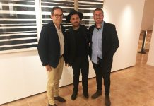 L'alcalde Joan Carles Batanés, l'artista Abel Azcona i el regidor de Cultura, Xavier Racero després de la inauguració de l'exposició