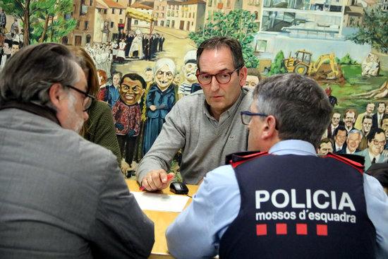 L'alcalde de Sant Fruitós de Bages, Joan Carles Batanés, durant la reunió amb les forces de seguretat / Fotografia: Estefania Escolà