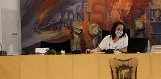 L'alcaldessa Àdria Mazcuñán amb mascareta en una fotografia anterior als casos sospitosos de l'equip de govern