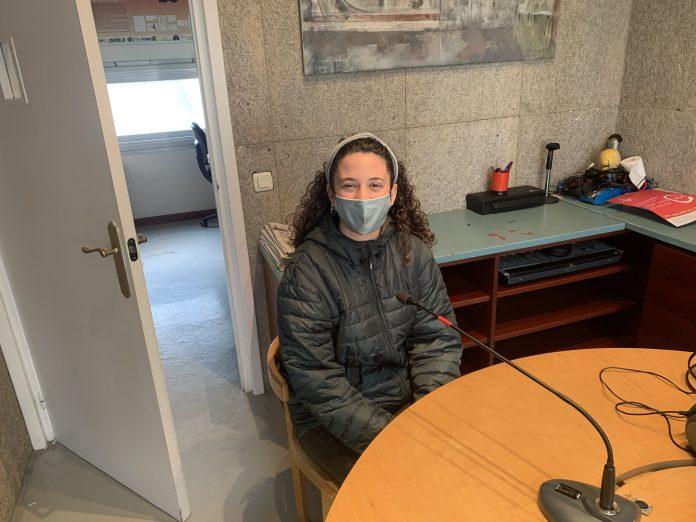 Irene Kosanovic a l'estudi de Ràdio Sant Fruitós.